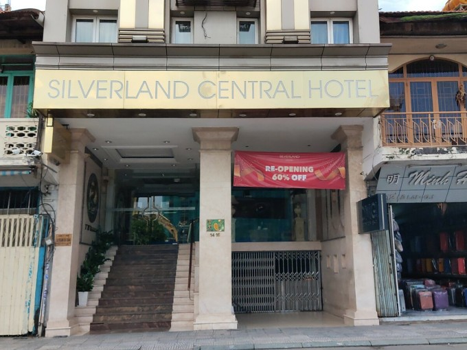 Dịch bệnh Covid-19 bùng phát trở lại khiến ngành du lịch thêm lao đao. Nhiều khách sạn phải cắt giảm nhân sự. Thậm chí có khách sạn đóng cửa, ngừng kinh doanh hoặc bán lại để chuyển hướng đầu tư. Ảnh chụp một khách sạn 3 sao trên đường Lê Lai, Q.1. Ảnh: Nguyễn Nam