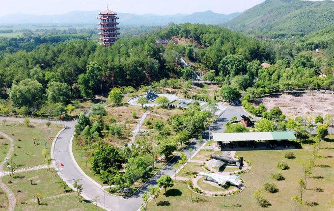 Một số hạng mục như tháp chuông, tượng đài, hiện vật chiến tranh tại khu di tích Đồng Lộc. Ảnh: Đức Hùng