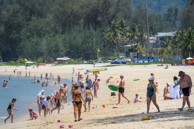 Khách du lịch quốc tế, chủ yếu là người Nga, tắm biển bất chấp lo ngại về Covid-18 lây lan trong cộng đồng, và những lệnh hạn chế đối với du khách tại một khu nghỉ dưỡng ở Phuket vào ngày 20/3 vừa qua. Ảnh: AFP