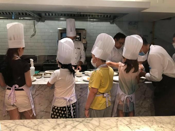 Khách sạn Mia Sài Gòn hút khách gia đình lưu trú bằng cách mở các lớp dạy làm bánh cho các trẻ nhỏ. Ảnh: Phan Hiền