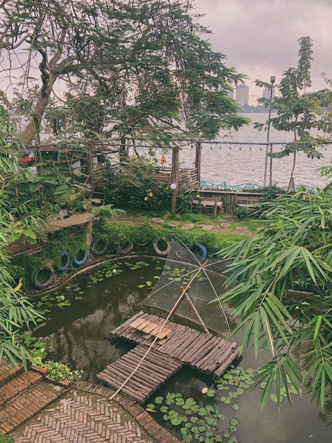 Ami GardenToạ lạc trên đường Vệ Hồ, Ami Garden được nhiều bạn trẻ gọi là khu vườn bí mật bởi không gian quán được bao phủ bởi rất nhiều cây xanh. Quán chia thành nhiều khu nhỏ, với những tràng cỏ, hồ cá, ao súng cùng nhiều loại hoa như hoa phượng đỏ, hoa giấy... Tất cả bàn ghế, đồ trang trí đều làm từ gỗ, mây nên quán mang lại cảm giác gần gũi với thiên nhiên. Ngoài ra, quán còn bố trí những chiếc chòi đối diện hồ để ngắm cảnh, thức uống có giá từ khoảng 35.000 - 60.000 đồng. Ảnh: Caibungdoi