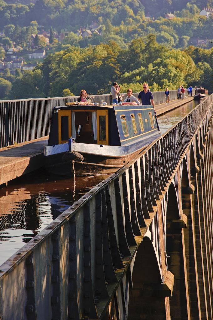 Ngày nay, du khách có thể ngồi thuyền qua cầu máng để ngắm cảnh, đi bộ hoặc thậm chí tự chèo kayak. Ảnh: Pontcysyllte Aqueduct