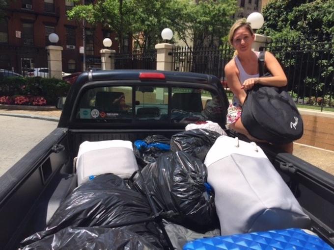 Hành lý cô mang theo gồm hai vali và bán đi 90% mọi thứ không dùng đến. Ảnh: Insider