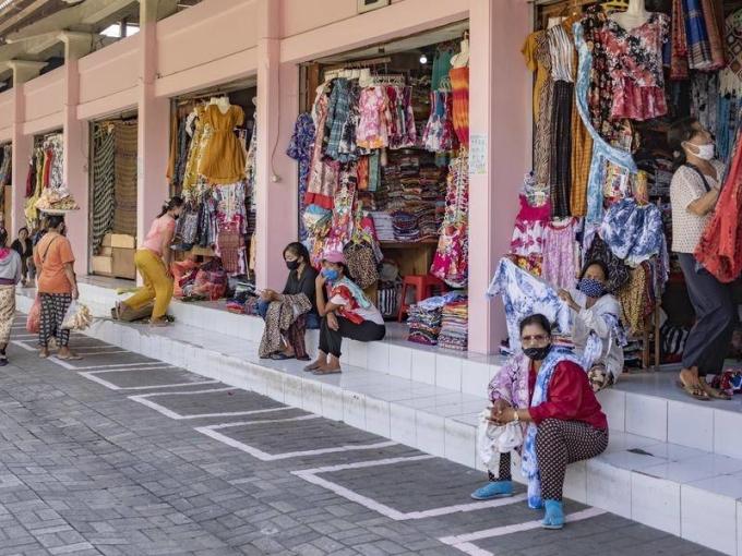 Nhiều cửa hiệu, quán bar, nhà hàng và khách sạn tại các điểm du lịch nổi tiếng như Seminyak và Kuta phải đóng cửa. Nơi đây thường đón đông đảo khách Australia, khách châu Âu vào tháng 8, nay trống vắng. Ảnh: Walcha News Online