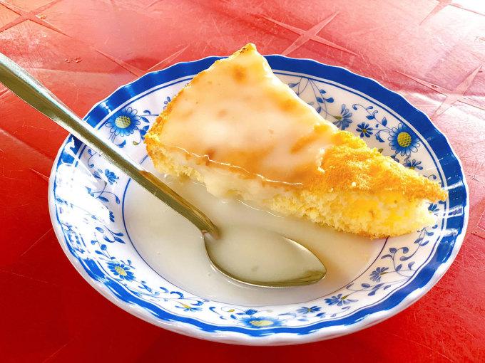 Bánh bông lan nước cốt dừa giá 10.000 đồng/ đĩa. Ảnh: Nguyên Võ