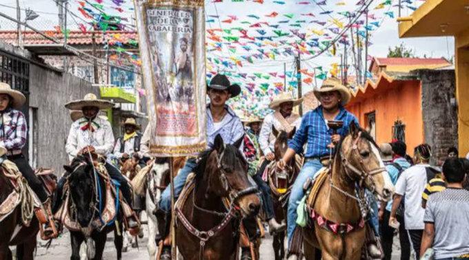 Đoàn người ngựa diễu hành trong trung tâm thị trấn dịp lễ hội. Ảnh: News