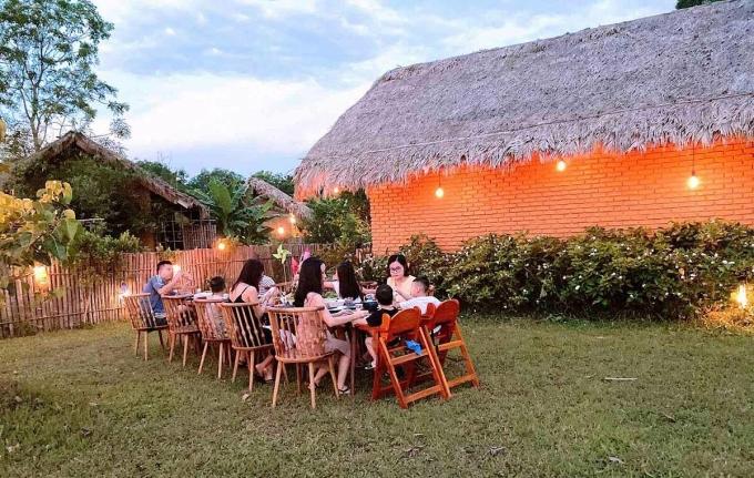 Nhóm khách gia đình lưu trú tại một khu nghỉ dưỡng ở Thừa Thiên Huế. Ảnh: Hoàng Mai
