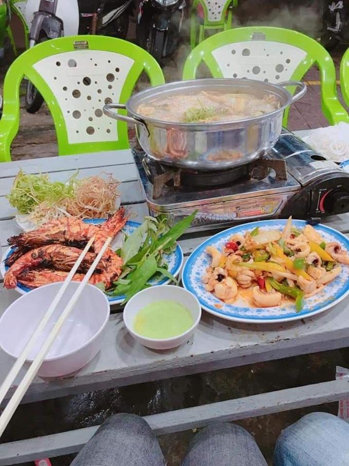 Theo Nguyễn Văn Hòa, 4 con tôm sú trong dĩa có giá 490.000 đồng khi ăn tại quán Thuyền Chài (62B Võ Thị Sáu) hôm 25/6 vừa qua. Ảnh: N. V. H