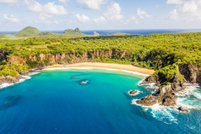 Baia do Sancho thuộc quần đảo từng được bình chọn là bãi biển đẹp nhất thế giới. Ảnh: Luciano Albano/Shutterstock