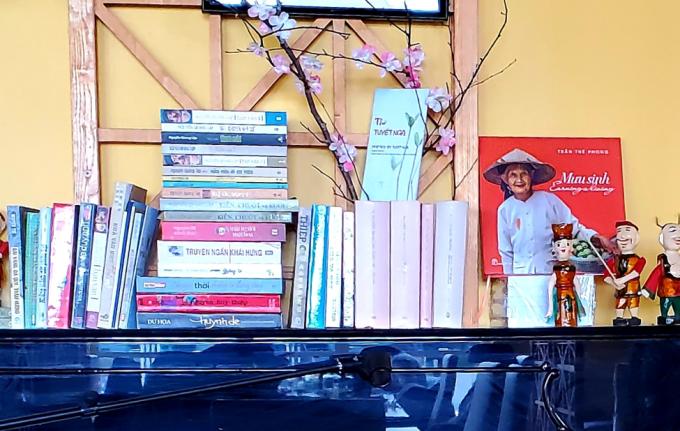 Địa chỉ ẩm thực này còn có một tủ sách văn học nổi tiếng Việt Nam miễn phí dành cho người Việt và những người quan tâm văn hóa Việt ghé qua mượn đọc. Bạn đọc yêu văn chương Việt Nam có thể tìm đến phố Per Galarian, Svartbäcksgatan 7-11, 75320 Uppsala. Ảnh: Tư liệu