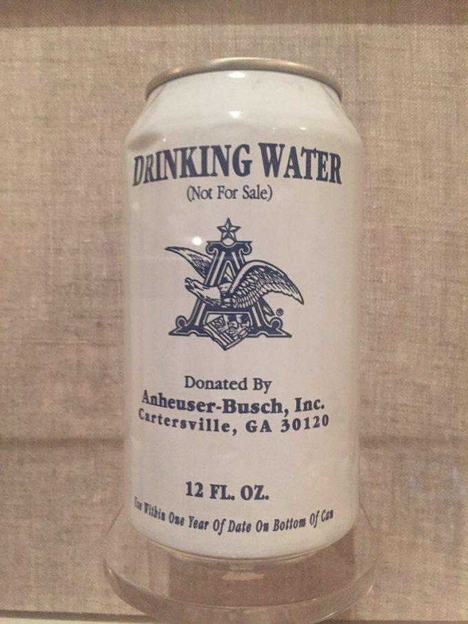 Lon nước uống ủng hộ nạn nhân trong trận bão Katrina 2005 được bày trong Bảo tàng Lịch sử New Orleans. Ảnh: Sarah Lasknow
