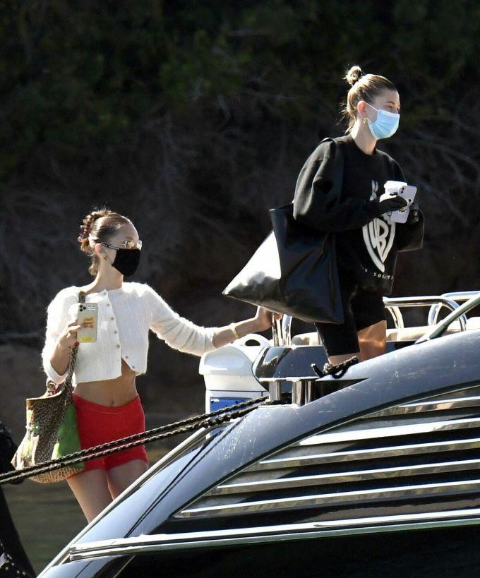 Hai người mẫu Bella Hadid và Heiley Bieber (vợ ca sĩ Justin Bieber) lên du thuyền đi nghỉ ở Sardina ngày 23/6. Ảnh: celebmafia