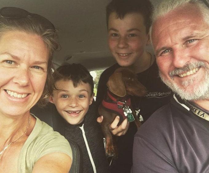 Lần đầu tiên gia đình Eilbecks gặp Pip là vào năm 2018, khi họ đang trong một chuyến phiêu lưu bằng thuyền tới Sicily, Italy. Pip nhanh chóng làm quen với cuộc sống trên thuyền buồm, dành phần lớn thời gian lang thang trên boong, chơi đùa với chủ. Ảnh: Instagram