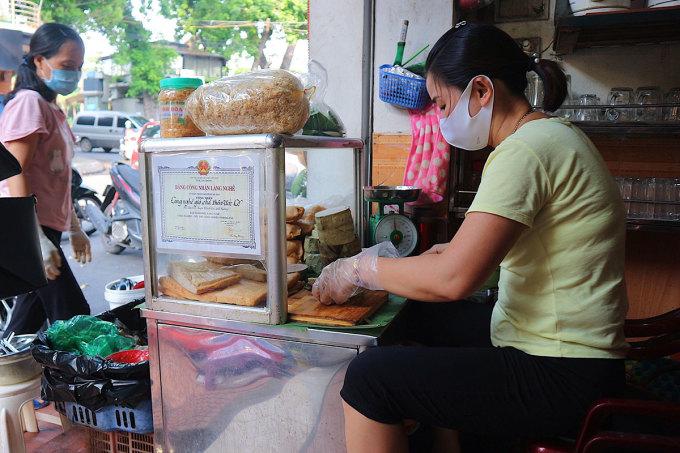 Chị Hà, chủ quán cho biết mỗi ngày quán ngày bán khoảng 200 chiếc bánh giò. Ảnh: Ngân Dương