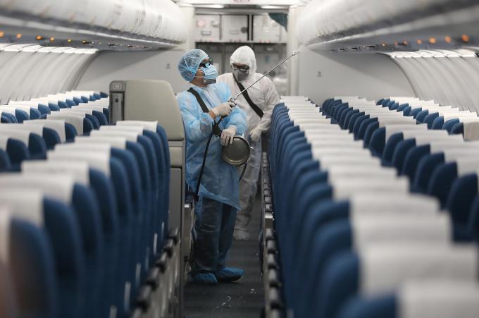 Các chuyến bay đi, đến Đà Nẵng đều được phun khử trùng theo quy định về đảm bảo an toàn trong phòng chống dịch Covid-19 của Cục Hàng không Việt Nam. Ảnh: Ngọc Thành