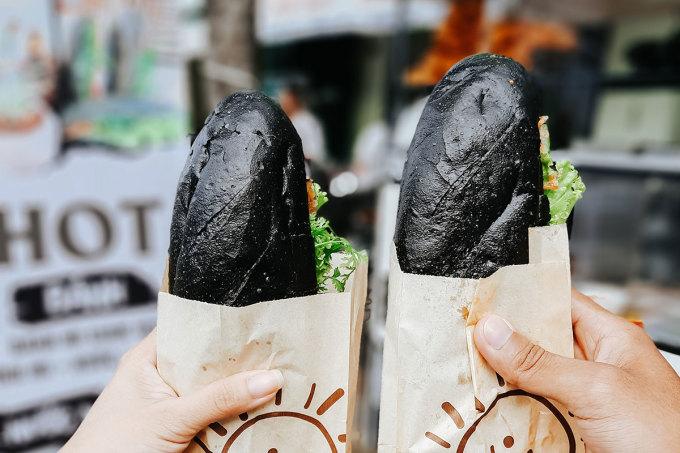 Hiện bánh mì đen không nhân được bán với giá 5.000 đồng/ chiếc, bánh mì đen nhân thịt có giá 18.000 đồng/ chiếc. Ảnh: Hồng Nguyên