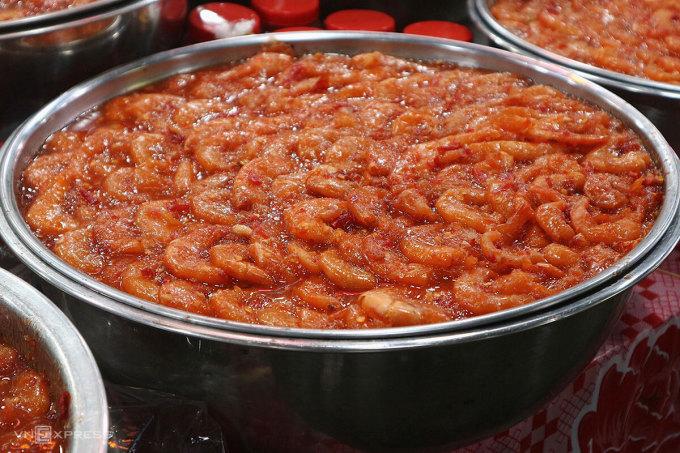 Loại tôm chua ngon nhất ở chợ Đông Ba có giá 100.000 đồng/ kg. Ảnh: Ngân Dương