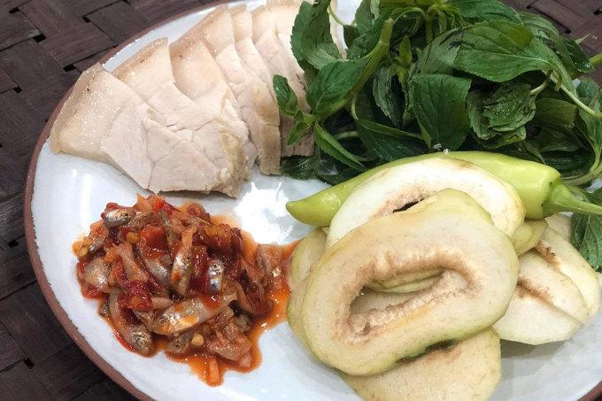 Món thịt luộc chấm mắm cà rò trong bữa ăn của người Huế. Ảnh: Thủy Tiên
