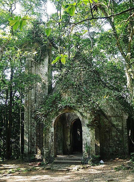 Dấu tích nhà thờ Pháp cổ ở Vườn quốc gia Ba Vì. Ảnh: Khánh Trần