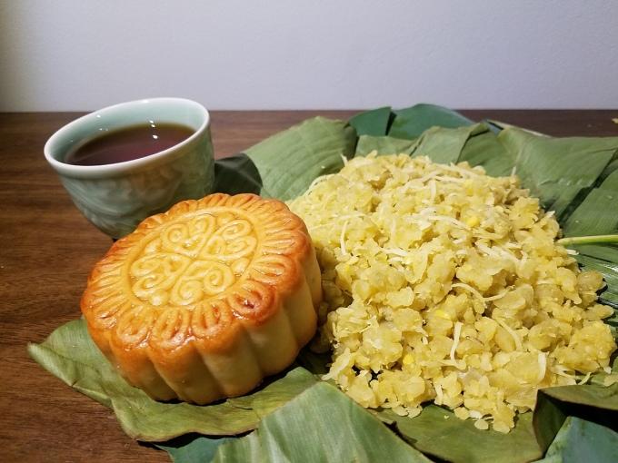 Xôi cốm có thể ăn cùng bánh Trung thu và ấm chè cho ngày Rằm tháng Tám. Ảnh: Nguyễn Huyền