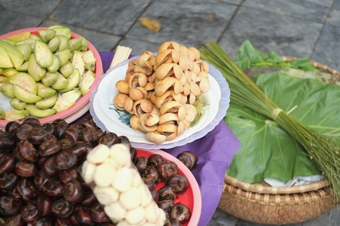 Sấu thường bán ở các gánh hàng rong, các khu chợ để làm món ăn chơi hay làm gia vị nêm nếm thêm cho các món khác.