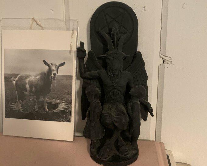 Một bức tượng thần dê, thứ Joseph tin rằng dùng để thực hiện các nghi lễ bí ẩn. Ảnh: Twitter