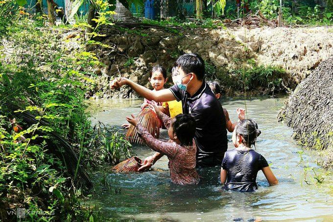 Với không gian miệt vườn thứ thiệt, bên cạnh tham quan vườn cacao, du khách còn có thể tham gia các trò chơi dân gian như câu bắt cá đồng, kéo co, hái trái cây, ăn bánh xèo...