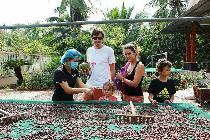Anh Kelvin (Pháp, sống ở TP HCM 4 năm) cho biết các thành viên trong gia đình đều nghiện chocolate. Biết ở Tiền Giang có xưởng sản xuất chocolate, anh đưa vợ con đến vườn cacao Alluvia để tìm hiểu về món ưa thích. Điệp trực tiếp nếm hạt trước khi đưa cho chúng tôi thử, vì thế tôi tin sản phẩm nơi đây sạch sẽ, an toàn, Kelvin cho biết.