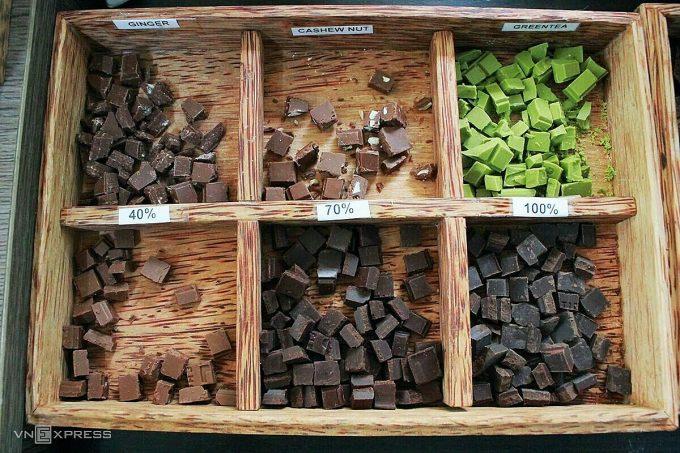 Tại khu trưng bày sản phẩm, du khách được mời nếm thử nhiều vị chocolate dạng rắn và lỏng. Alluvia kết hợp cây nhà lá vườn với cacao, tạo ra chocolate các vị độc đáo với dừa, ớt, tiêu, gừng, quế, cam...