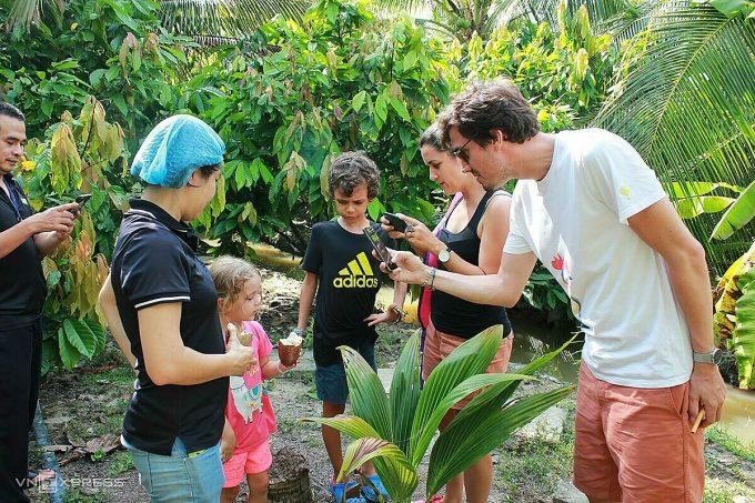 Khách được nếm trái cacao hái trực tiếp từ cây. Hầu hết du khách đều bất ngờ khi ăn thấy hạt cacao có vị chua và mùi thơm nhẹ, và bắt đầu tò mò quy trình để làm ra thỏi chocolate sẫm màu từ những hạt tươi màu trắng này.