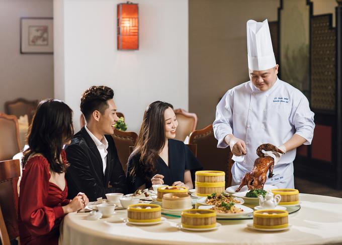 Vịt quay Bắc Kinh với lớp da giòn rụm chuẩn vị, xá xíu sốt mật nướng đậm đà, cơm chiên Phú Hào tôm và sò điệp hay thực đơn 20 món Dim Sum là gợi ý cho bạn khi đến đây. Ảnh: Deawoo Hotel