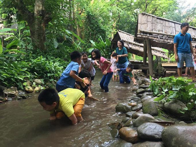 Hoạt động lội suối, bắt cua, ốc, cá. Ảnh: Bảo tàng Dân tộc học Việt Nam