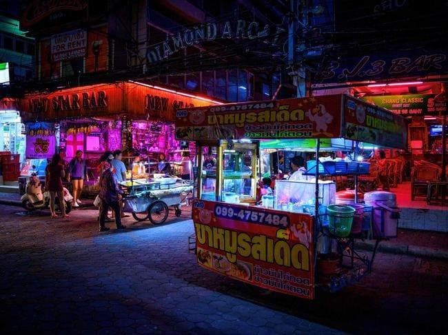 Các gian hàng bán đồ ăn trên phố ở Pattaya chỉ có ít khách đến ăn vào hôm 1/9. Ảnh: AFP