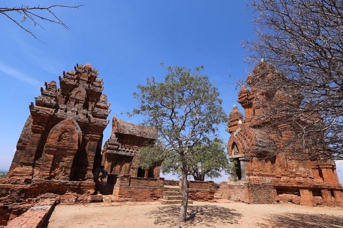 Là điểm nhấn trong chương trình tham quan Ninh Thuận, tháp Poklong Garai hùng vĩ nằm trên đồi Trầu, phường Đô Vinh, cách trung tâm thành phố Phan Rang-Tháp Chàm 9km. Người Chăm xây tháp vào cuối thế kỷ 13 để thờ vua Poklong Garai (1151-1205), vị vua có nhiều công lớn trong việc cai trị đất nước. Tượng trưng cho ngọn núi Meru trong tín ngưỡng của người Ấn Độ giáo, cụm tháp có kiến trúc kiên cố dù trải qua nhiều thăng trầm lịch sử của vùng đất Panduranga xưa. Từ tháng Giêng đến tháng Chín Chăm lịch, nếu có dịp đến thăm tháp Poklong Garai, du khách sẽ hòa mình vào không khí lễ hội cùng điệu múa và âm nhạc Chăm truyền thống. Ảnh: Thiện Nguyễn