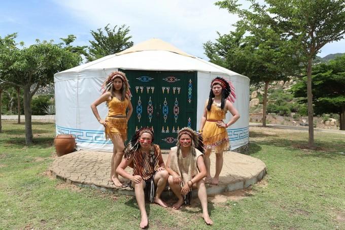Khu du lịch dã ngoại Tanyoli (viết tắt của Tango Your Life) quy tụ nhiều nhiều trò chơi, trải nghiệm hấp dẫn trên các địa hình đồi cỏ, đồi cát và bờ biển. Vị trí là Km19 của thôn Sơn Hải, xã Phước Dinh, huyện Ninh Phước, cách trung tâm thành phố Phan Rang khoảng 30km về hướng Đông Nam.Tanyoli còn sở hữu nhiều tiểu cảnh thiên nhiên gồm các loài hoa đặc trưng, phim trường, nhà hàng, không gian chơi team building và lửa trại. Cừu và ngựa được thả rong ăn cỏ để du khách chụp ảnh. Nơi đây còn cuốn hút du khách bởi một hệ thống lưu trú lều trại trên thảo nguyên như người Mông Cổ trong phim cổ trang hoặc video về cuộc sống du mục ở khu tự trị Nội Mông Cổ, Trung Quốc. Giá nghỉ theo giờ là 500.000 đồng/3 tiếng và hơn 1 triệu cho một ngày một đêm. Ảnh: Thiện Nguyễn