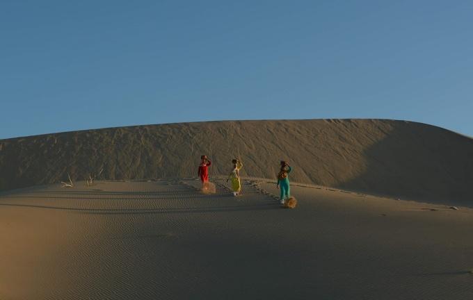 Nằm cách trung tâm Phan Rang-Tháp Chàm khoảng 8km về phía đông nam, trải rộng trên diện tích gần 700ha, đồi cát Nam Cương được ví như một tiểu sa mạc của Ninh Thuận. Nơi đây hầu như còn hoang sơ, cuộn mình trong sự lặng lẽ của trời và đất. Đến đây, du khách sẽ được hóa thân thành những cô gái Chăm để có những tấm ảnh đẹp. Ảnh: Khoa Danh