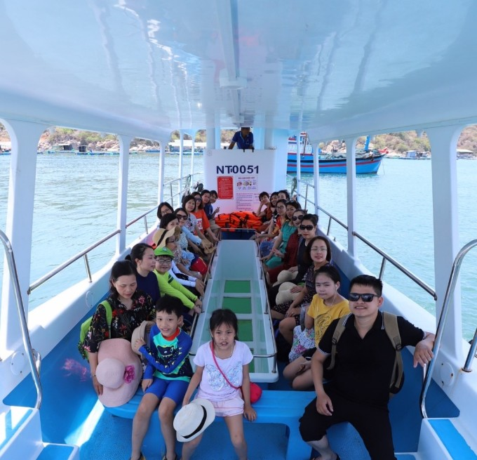 Mùa hè là thời điểm tuyệt vời để các em nhỏ được người nhà dẫn đi du lịch. Tắm biển là một hoạt động không thể thiếu của khách du lịch thập phương. Tại Ninh Thuận, các bãi biển thích hợp cho du khách tắm biển là: Vĩnh Hy, Ninh Chữ, Bình Tiên, Bình Hưng.  Để ngồi thuyền đáy kính ngắm san hô trên biển Vĩnh Hy hay Ninh Chữ, du khách sẽ tốn 120.000 đồng 1 người, bao gồm thuyền và kính bơi có ống thở. Ảnh: Thiện Nguyễn