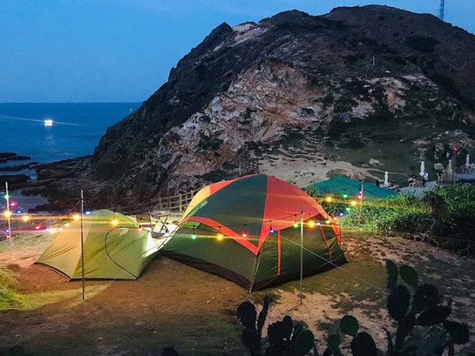 Cắm trại trên biểnThời tiết giao mùa với gió nhẹ, trời trong là thời điểm lý tưởng để cắm trại. Một số địa điểm đẹp để cắm trại là Eo Gió, Khu dã ngoại Trung Lương hay Cù Lao Xanh. Tại Eo Gió, du khách cho thể lựa chọn dịch vụ cắm trại trọn gói với combo 850.000 đồng/ lều cho 10 người và 450.000 đồng/ lều nhỏ 4 người gồm lều trại, mền gối, bếp nướng, đèn điện. Bên cạnh đó còn có các dịch vụ tự chọn khác như lặn ngắm san hô, soi cá đêm...
