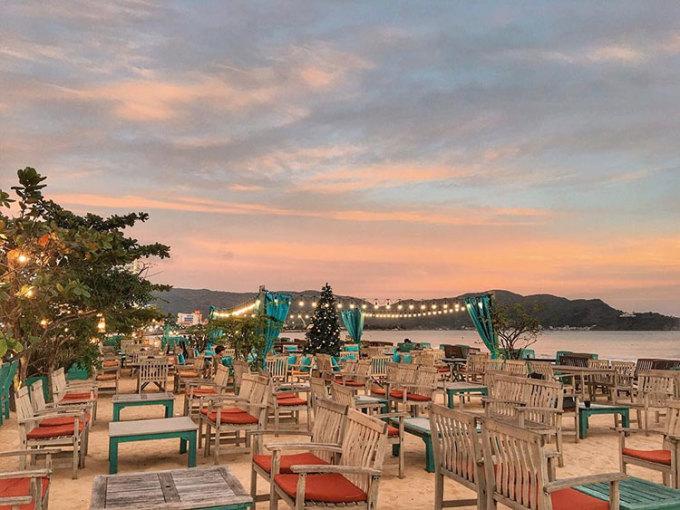 Khám phá các quán cà phêQuy Nhơn nằm trong số các thành phố có nhiều quán cà phê nhất Việt Nam. Du khách có thể thong thả dạo một vòng phố cà phê Đô Đốc Bảo và tận hưởng mùi cà phê thơm nức từ các quán hai bên đường. Một số quán có nhiều góc check-in đẹp mà bạn nên ghé đến là Adiuvat coffee roasters, Marina Royal, Kho, Surf Bar, 1990 café...Ảnh: minhlathaone
