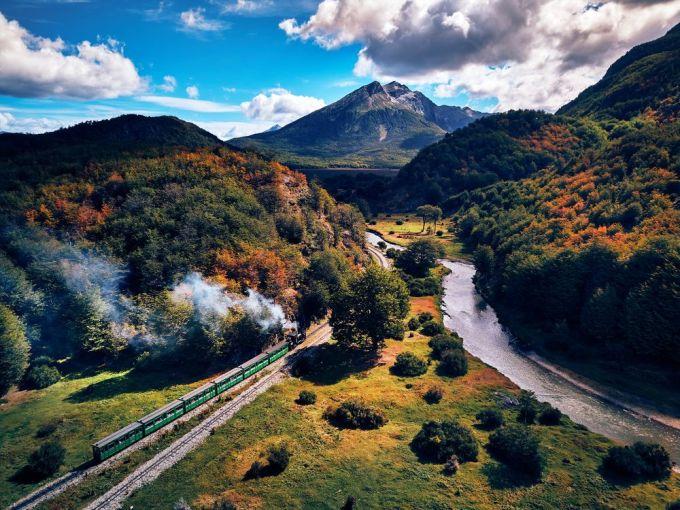 Giá vé cho chuyến tàu là khoảng 16 USD/người, thêm gần 6 USD tiền vé vào tham quan công viên quốc gia. Ảnh: Amusing Planet