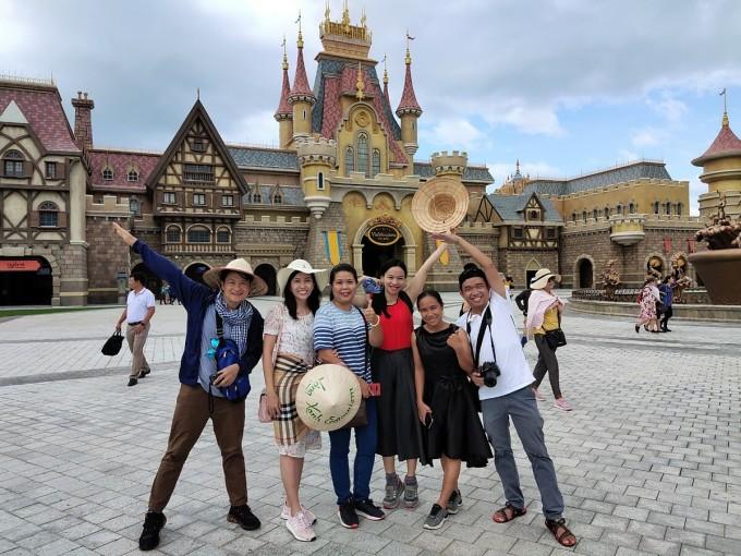 Du khách tham quan và chụp ảnh lưu niệm tại VinWonder Phú Quốc. Ảnh: Nguyễn Nam