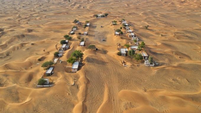 ]Từ Dubai, du khách lái xe khoảng 70km theo đường E44 để tới ngôi làng. Một số công ty lữ hành cũng mở tour tham quan tới đây. Ảnh: CNN