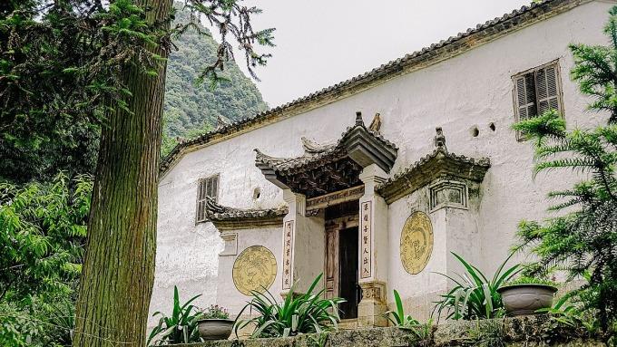 Cổng vào khang trang ở Dinh Vua Mèo ở Đồng Văn.