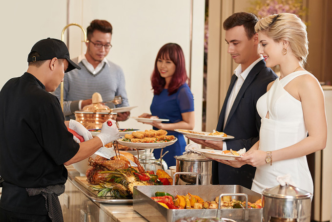 Tiệc buffet trưa Chủ nhật tại nhà hàng Nineteen - khách sạn Caravelle Saigon, giá 1,199 triệu đồng một người.