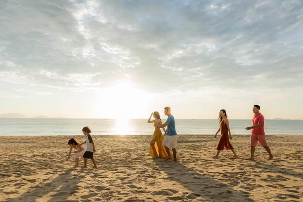 Các thành viên trong gia đình có thể tận hưởng khoảng thời gian nghỉ dưỡng dạo chơi trên bãi biển.