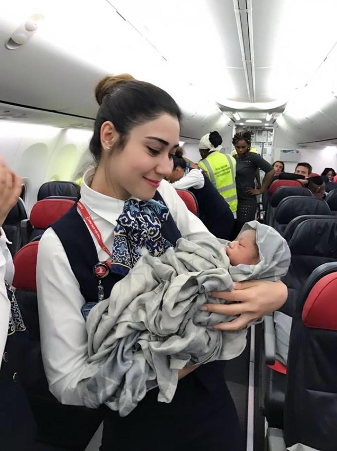 Năm 2017, tổ bay và các hành khách trên chiếc Boeing 737 của Turkish Airlines giúp một hành khách mang thai 28 tuần lâm bồn suôn sẻ. Ảnh: Turkish Airlines