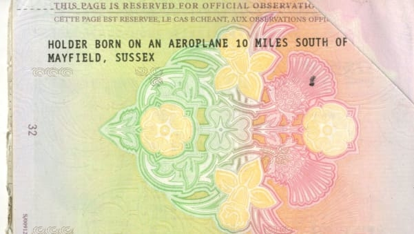 Cuốn hộ chiếu của Shona Owen gây bất ngờ cho sĩ quan quản lý xuất nhập cảnh bởi dòng ghi nơi sinh khác thường: Người sở hữu cuốn hộ chiếu này được sinh ra trên một chiếc máy bay. Ảnh: Shona Owen