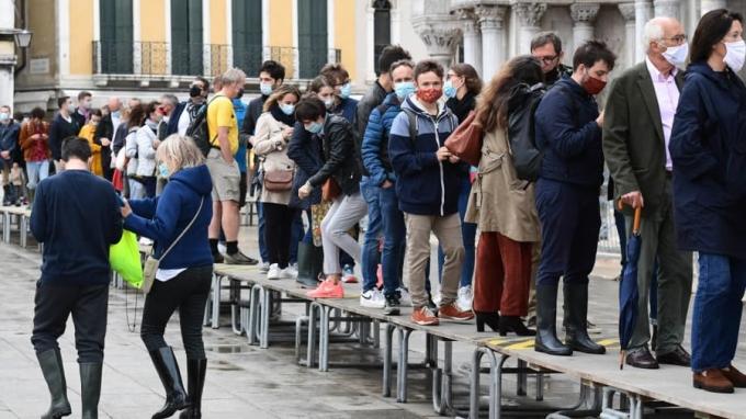 Vào mùa lụt, mỗi khi triều cường, du khách đã quá quen với hình ảnh xếp hàng đi trên những chiếc ghế để tránh ước quần áo, giày dép trong biển nước. Nhưng năm nay, khi triều cường dâng cao, quảng trường St Mark vẫn khô ráo. Ảnh: AFP