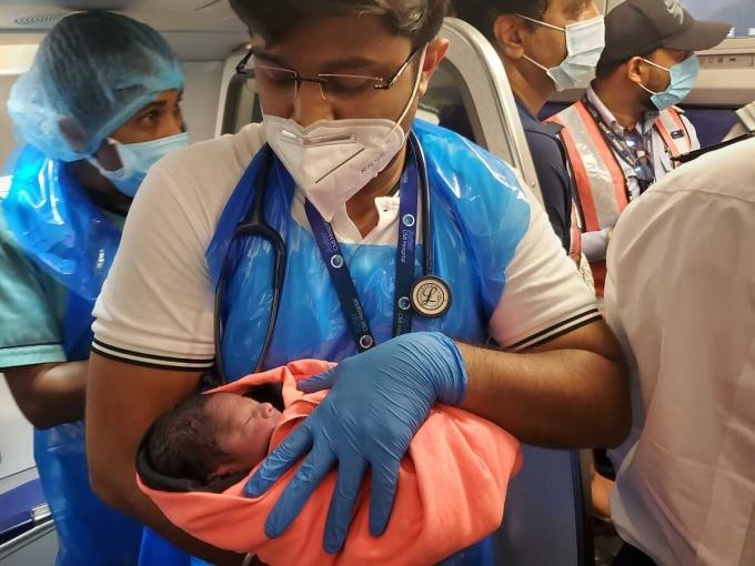 Em bé trong vòng tay của bác sĩ. Ảnh: Nagarjun Dwarakanath