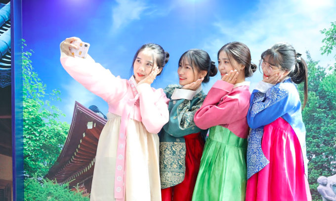 Khách chụp ảnh với hanbok truyền thống của Hàn Quốc trong ngày khai mạc Hi! Korea. Ảnh: Thu Hà